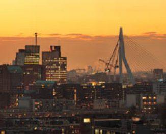 Rotterdam vanaf de Esch bij schemer