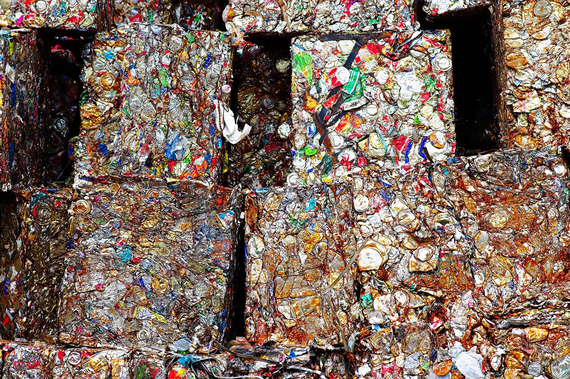 blikjes afval geperst
