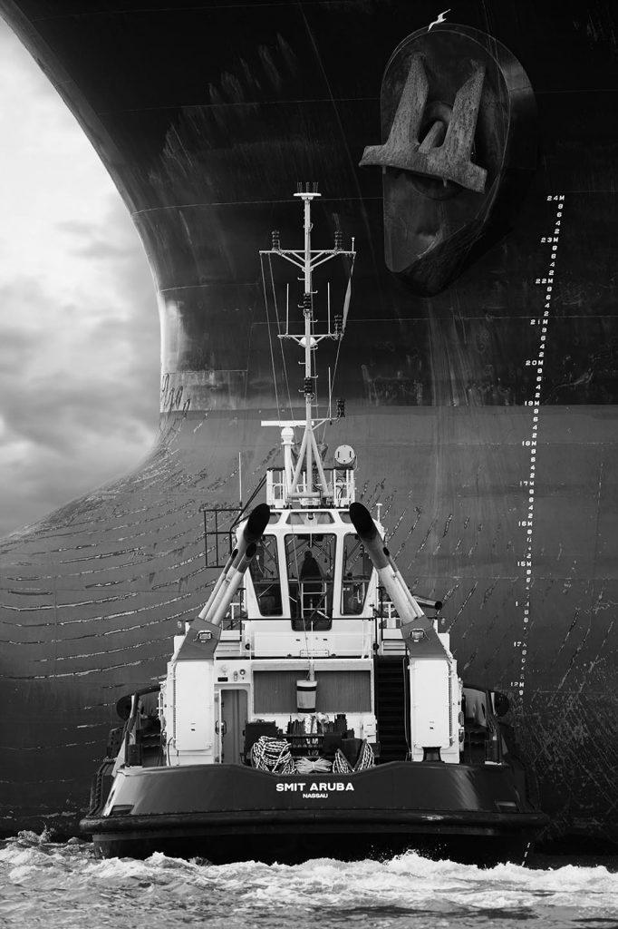 sleepboot met tanker fotograaf