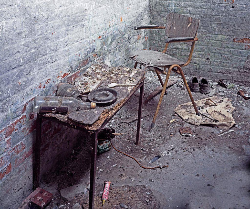 Vieze oude tafel met stoel