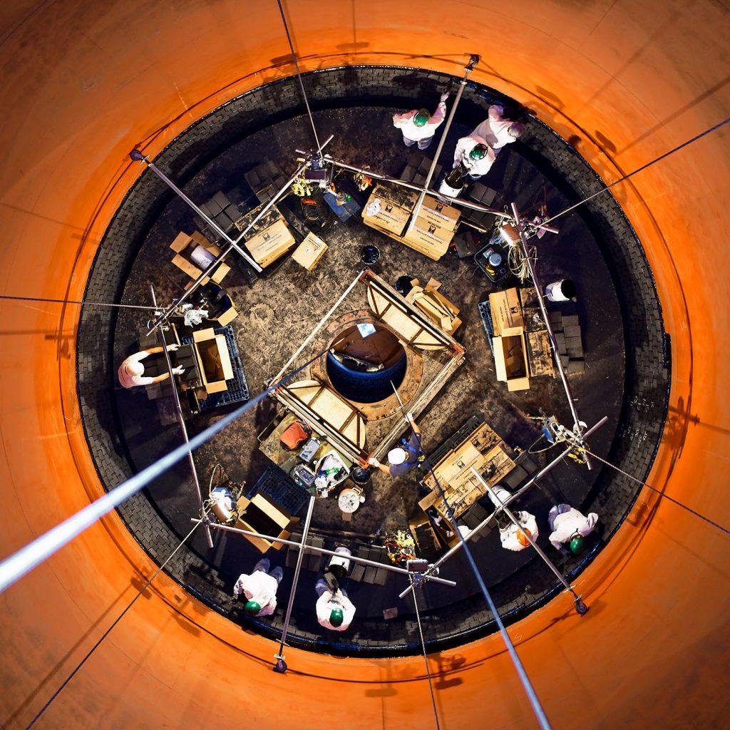 mannen in een schoorsteen aan het werk in de industrie