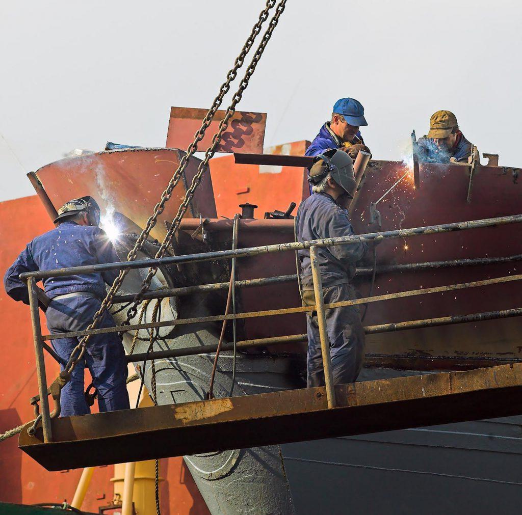 Lassers werken aan een boot