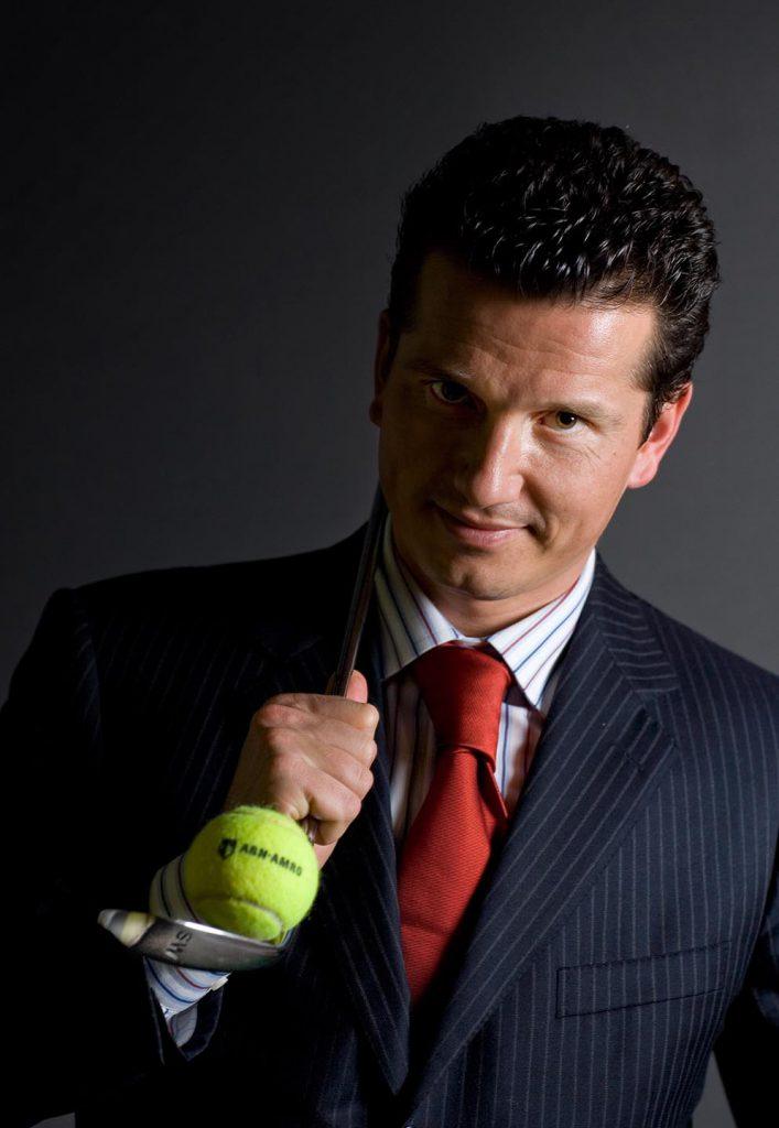 Richard Kracjicek met tennisbal en golfclub