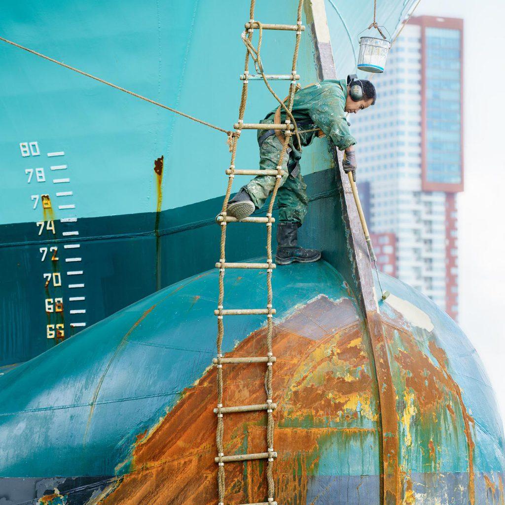 schilder op boot