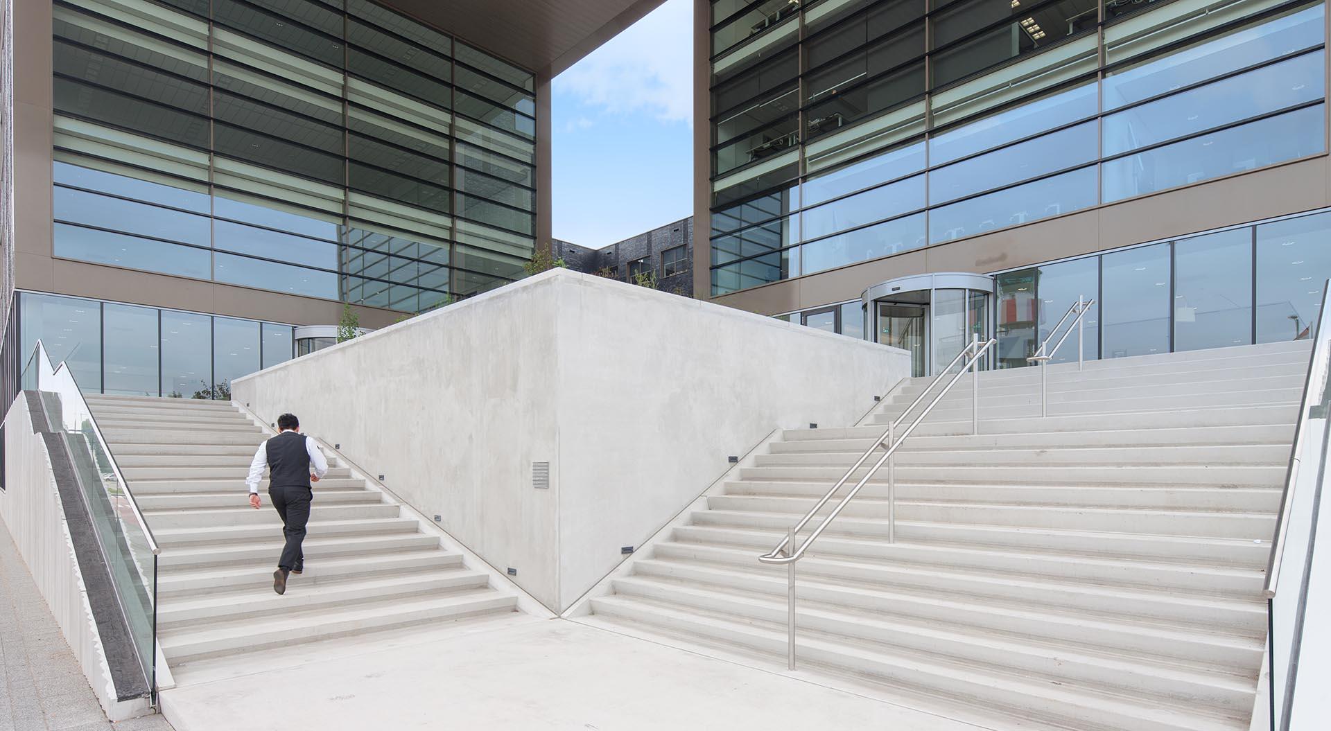 Betonnen trap voor een kantoor