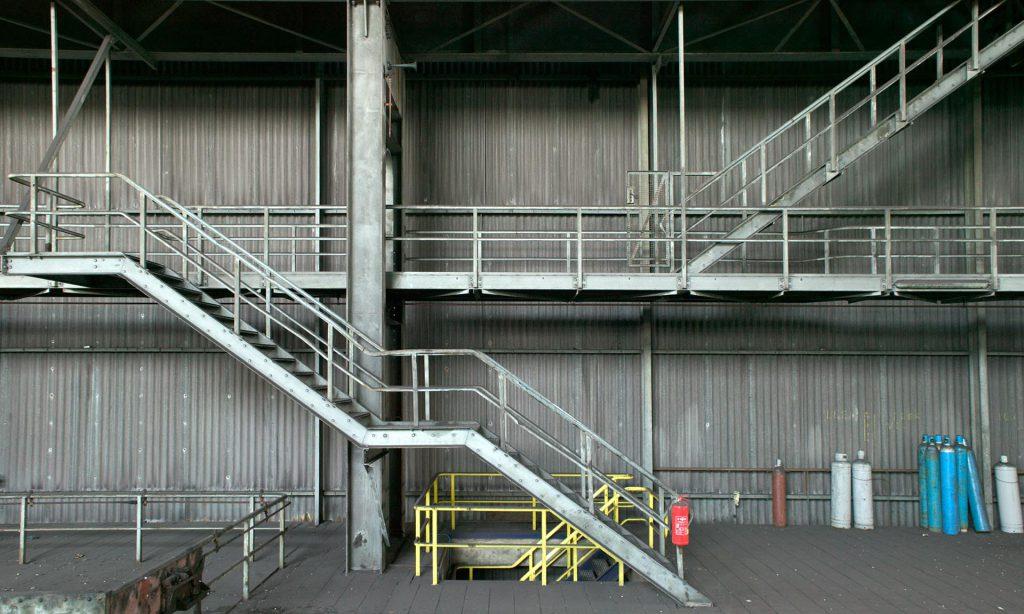 Stelen trappen in fabriek